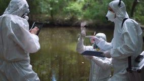 Drei Biotechniker, die auf Schadstoffe prüfen stock video