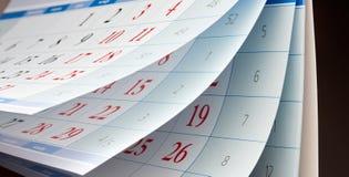 Drei Blätter Kalender mit den roten und schwarzen Zahlen Lizenzfreie Stockfotografie