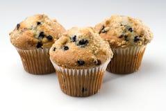 Drei Blaubeere-Muffins getrennt auf Weiß Lizenzfreie Stockfotografie