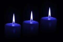 Drei blaue Kerzen Stockfoto