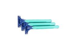 Drei blaue Rasiermesser mit dem grünen Griff lokalisiert auf weißem Hintergrund lizenzfreies stockfoto