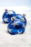 Drei blaue Weihnachtskugeln im Schnee Lizenzfreies Stockfoto