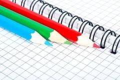 Drei Bleistift und Notizbuch Lizenzfreie Stockbilder