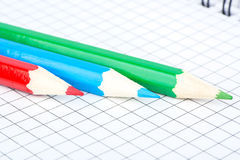 Drei Bleistift und Notizbuch Lizenzfreies Stockfoto