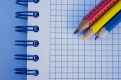 Drei Bleistifte auf einem Anmerkungsbuch Stockfotos