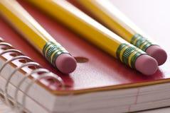 Drei Bleistifte auf Notizbuch Lizenzfreie Stockbilder