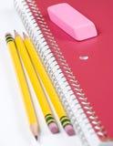 Drei Bleistifte mit Notizbuch Stockfotografie