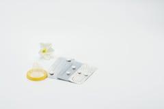 Drei Blisterpackung Notempfängnisverhütende pillen mit Kondom und Blume Lizenzfreies Stockfoto