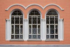 Drei Bogenweißfenster Lizenzfreies Stockfoto
