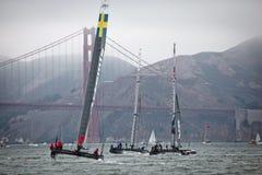 Drei Boote, die im Louis Vuitton Cup konkurrieren, laufen im Amerika, Cup-, dasserien vor Golden gate bridge segeln Lizenzfreies Stockfoto
