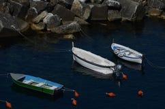Drei Boote am Hafen vor italienischer Küste lizenzfreies stockbild
