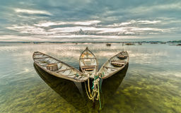 Drei Boote zusammen, zum des neuen Tages zu begrüßen reflektierten den ruhigen See Stockbild