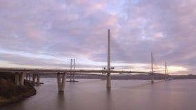Drei Brücken, weiter Eisenbahnbrücke, weiter Straßen-Brücke und Queensferry-Überfahrt, über Förde von weiter nahe Queensferry in  stock video footage