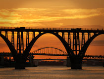 Drei Brücken auf dem Fluss am Sonnenuntergang Stockfotografie