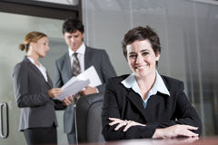 Drei Büroangestellte, die im Sitzungssaal sich treffen Lizenzfreies Stockfoto
