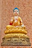 Drei Buddha-Statue, die auf einer Wand sitzt lizenzfreies stockbild
