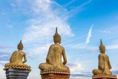 Drei Buddhas und Himmel Stockfotos
