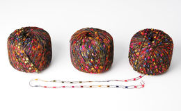 Drei bunte Garnkugeln - Rot Stockbild
