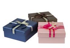 Drei bunte Geschenkboxen auf weißem Hintergrund Lizenzfreies Stockfoto