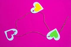 Drei bunte Herzen schlossen bunten Thread in einem Dreieck an Stockfotos