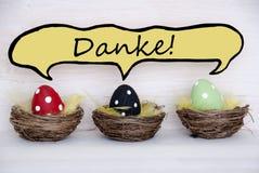 Drei bunte Ostereier mit komischem Sprache-Ballon mit Danke-Durchschnitten danken Ihnen Stockfotografie