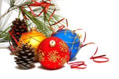 Drei bunte Weihnachtskugeln Lizenzfreies Stockbild