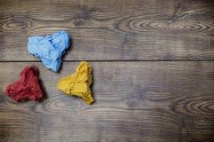 Drei buntes Herz geformte zerknitterte Papiere auf Holztisch Valentine' s Lover' s-Tag Am 14 Stockbilder