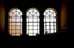 Drei Buntglasfenster in der Hintergrundbeleuchtung Lizenzfreie Stockfotos