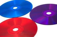 Drei CD Digitalschallplatten der Farbe: Rot, Blau und Veilchen Stockfoto