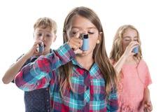 Drei childs unter Verwendung des Inhalators für Asthma Weißer Hintergrund stockbild