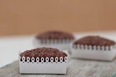 Drei Chockolate-Schokoladenkuchen auf hölzernem Küchen-Brett Stockfoto