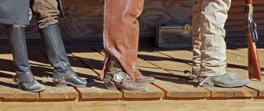 Drei Cowboys auf dem Portal Stockfotos