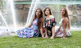 Drei Damen vor Wasserbrunnen Spaß haben lizenzfreies stockfoto