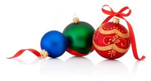 Drei Dekorationen Weihnachtsball mit dem Bandbogen lokalisiert lizenzfreies stockfoto