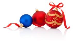 Drei Dekorationen Weihnachtsball mit dem Bandbogen lokalisiert auf Weiß Lizenzfreie Stockfotografie