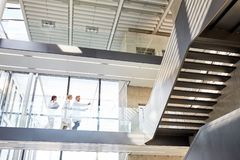 Drei Doktoren auf einer Galerie im Krankenhaus stockfotos