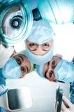 Drei Doktoren in den Betriebskosten des Patienten stockbilder