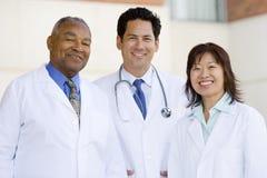 Drei Doktoren Standing Outside A Hospital Stockbild