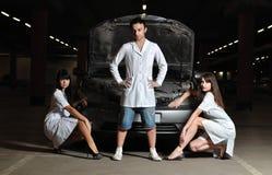 Drei Doktoren vor Auto lizenzfreie stockbilder