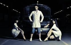 Drei Doktoren vor Auto lizenzfreies stockfoto