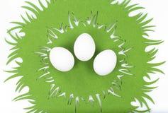 Drei Eier auf Ostern-Tischdecke Stockbilder
