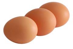 Drei Eier getrennt auf Weiß mit dem Ausschnittpfad eingeschlossen Stockfotos