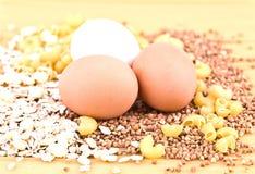 Drei Eier, Haferflocken, Buchweizen, Teigwaren und Spaghettis Lizenzfreies Stockfoto