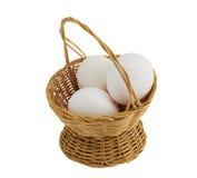 Drei Eier im Strohkorb getrennt auf Weiß Stockfoto