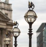 Drei in einer Reihe von der alten Stadt von London-Straßenlaternenähern sich t Lizenzfreie Stockbilder