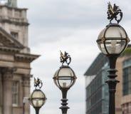 Drei in einer Reihe von der alten Stadt von London-Straßenlaternenähern sich t Stockfotografie