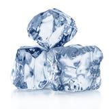 Drei Eiswürfel Niedrige Schärfentiefe Über Weiß lizenzfreie stockbilder