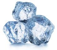 Drei Eiswürfel mit Wassertropfen Über Weiß lizenzfreies stockbild