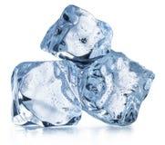 Drei Eiswürfel mit Wassertropfen Über Weiß lizenzfreies stockfoto