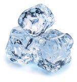 Drei Eiswürfel Niedrige Schärfentiefe Über Weiß lizenzfreie stockfotos